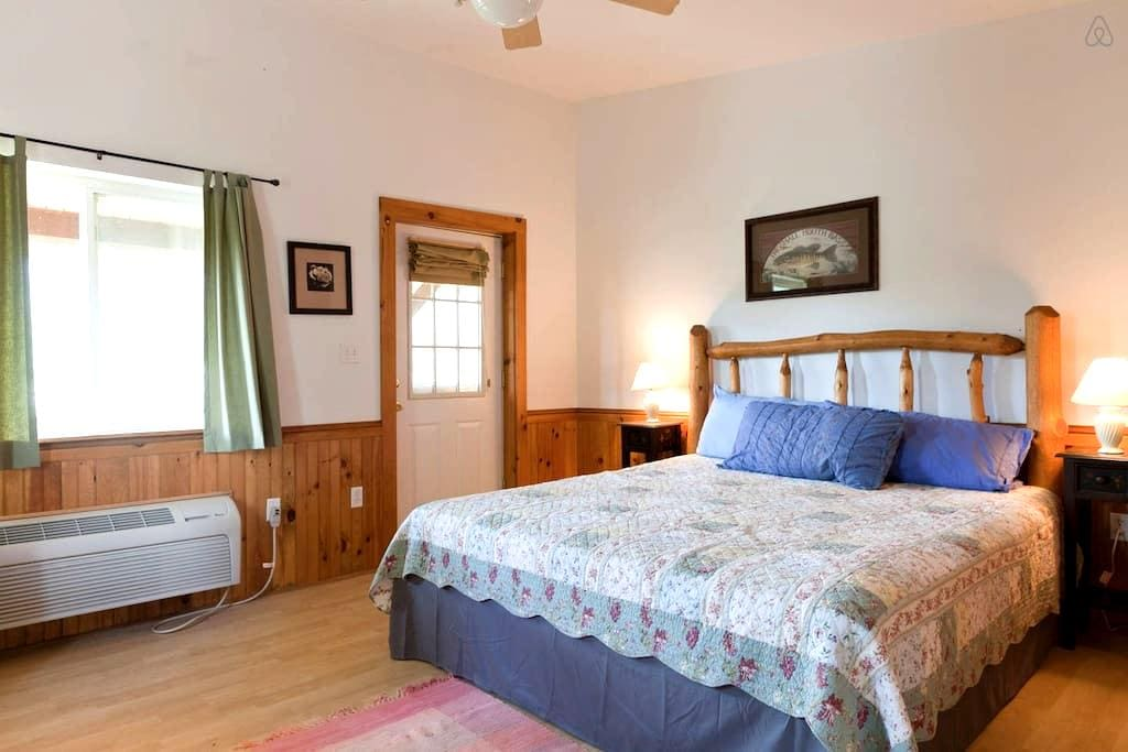 Room in Remote Mountain Lodge - Hot Tub - Parrottsville
