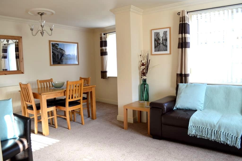 Modern Ground Floor Apartment with Free Parking - Leeman Road - Leilighet