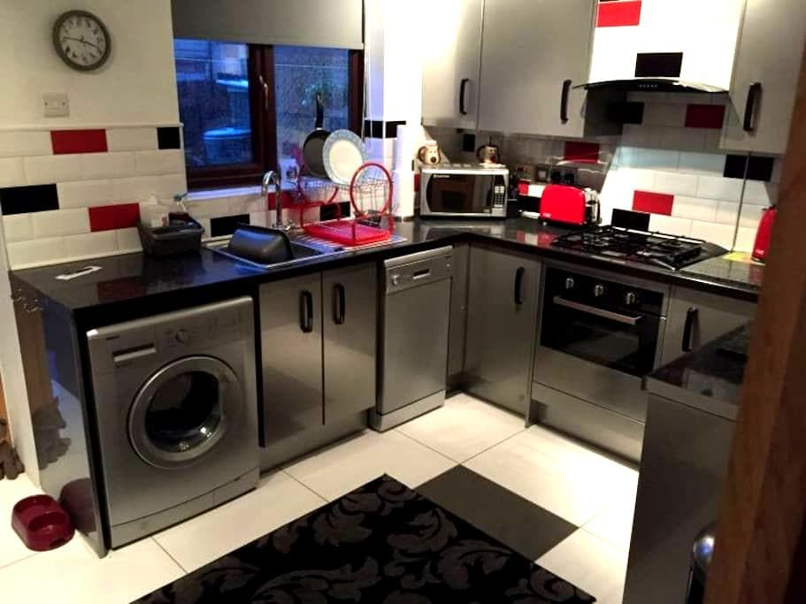 Double room in cul-de-sac near Wakefield centre - Wakefield - Rumah