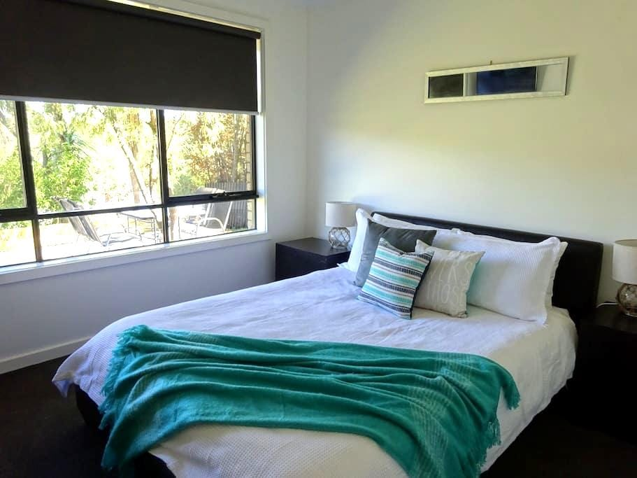 Modern centrally located house. - Daylesford