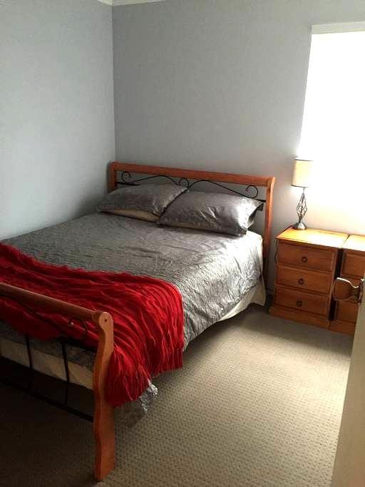 Queen bed in 3 bedroom townhouse - Darlington - 连栋住宅