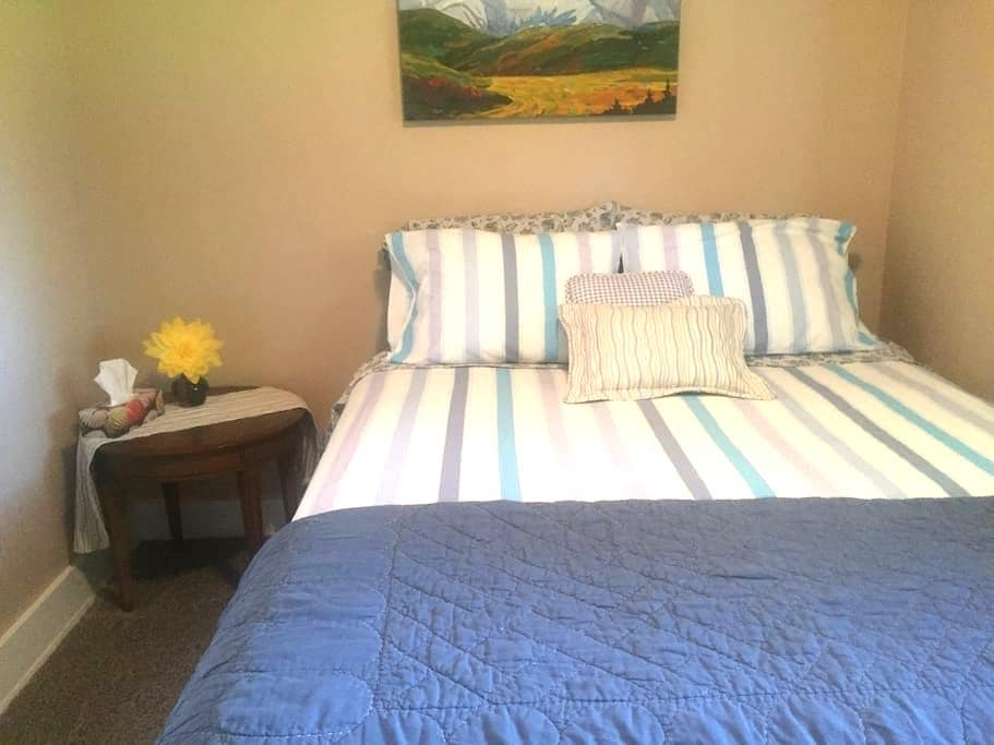 Room in Red Deer ~Downtown & close to the Hospital - Red Deer - Hus