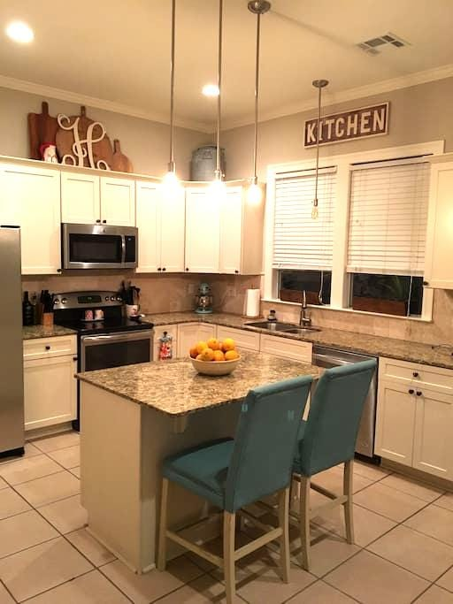 Spacious bedroom in townhome - Stay for Less! - Baton Rouge - Szeregowiec