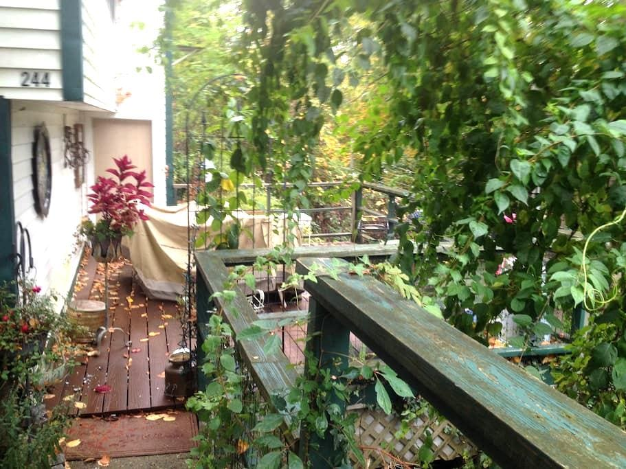 *Romantic cottage in the woods with water views! - New Fairfield - Kabin