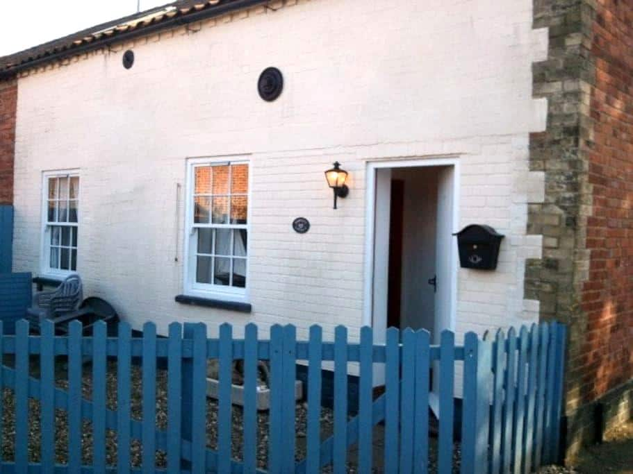 Seaside character cottage, sleeps 4 - Wells-next-the-Sea - House