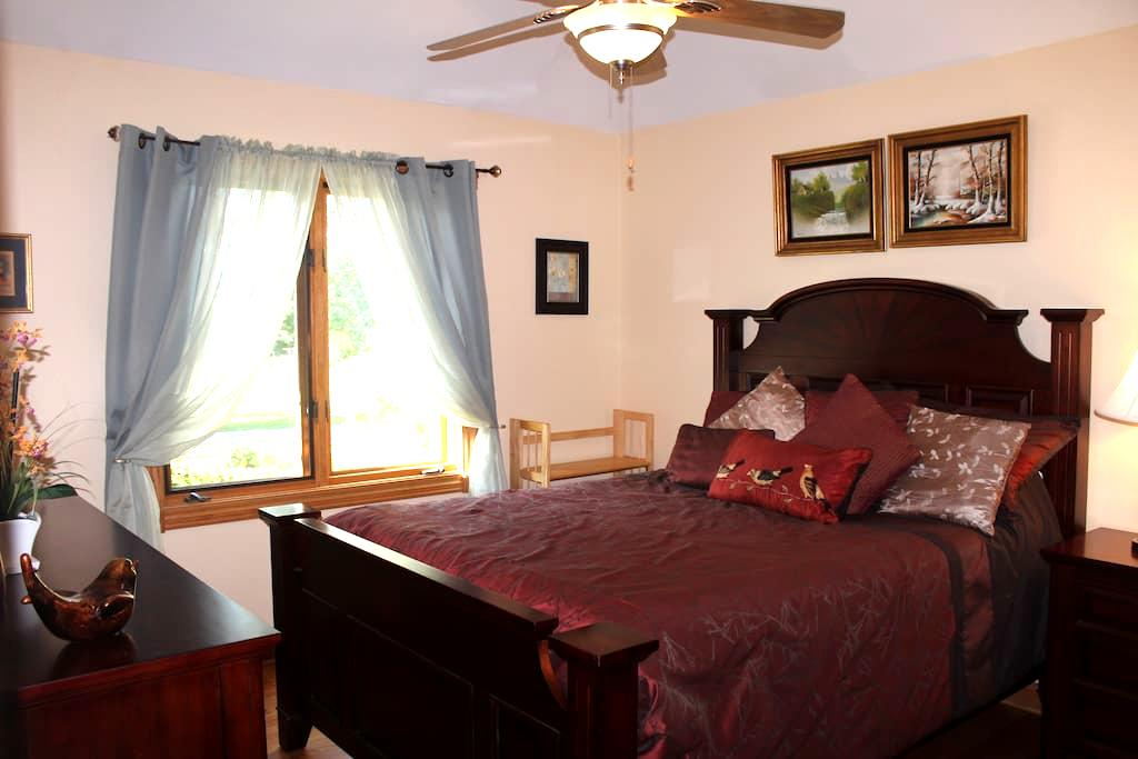 Private bedroom B in a Chicago suburb - Willow Springs - House