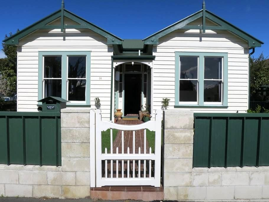 Warm And Inviting Home Away from Home - Napier - Villa