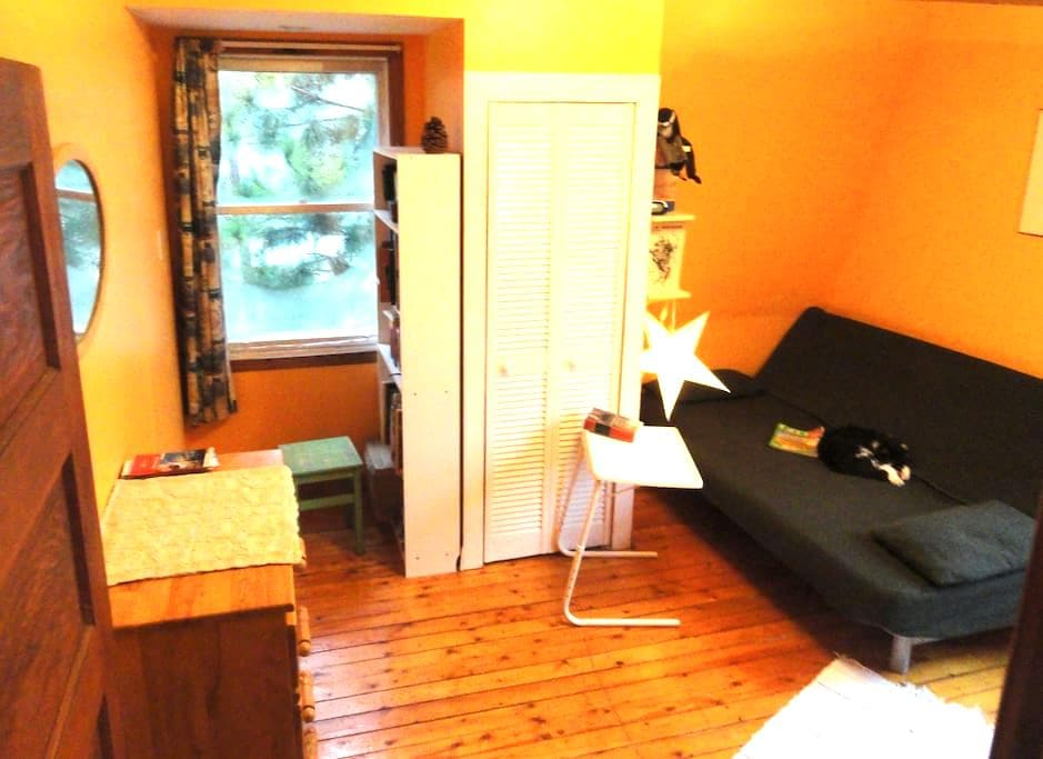 Charming garden facing room  - Pointe-Claire - Hus