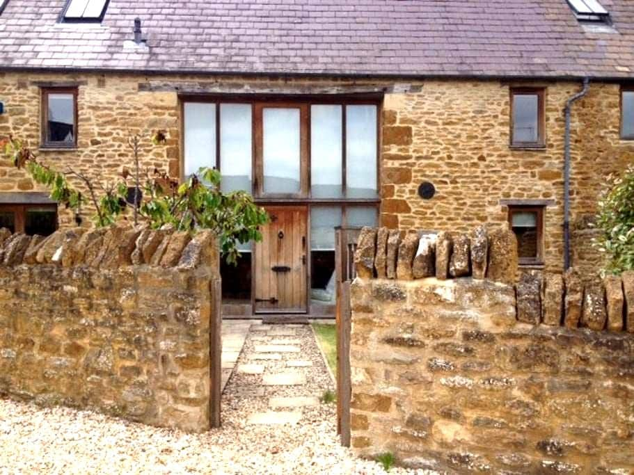 Converted barn in the Cotswolds. - Ledwell - House