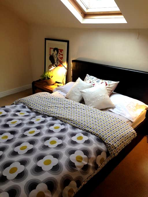 Cosy private attic room & ensuite - 셰필드(Sheffield)