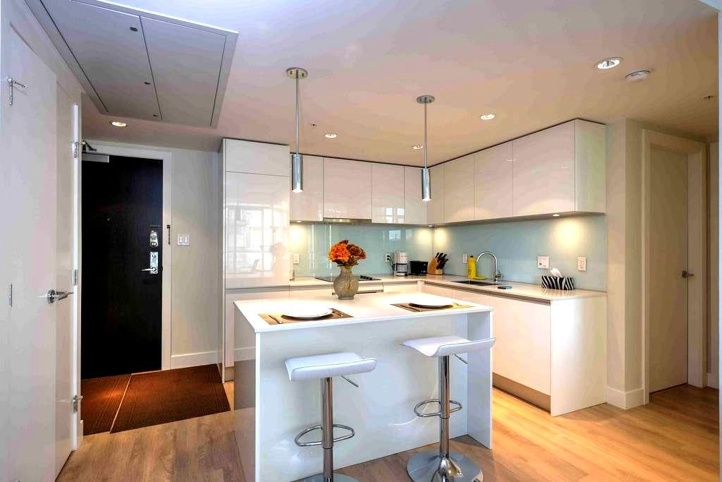 Luxury Condo Downtown By Stampede Park +Parking - Calgary - Apartment