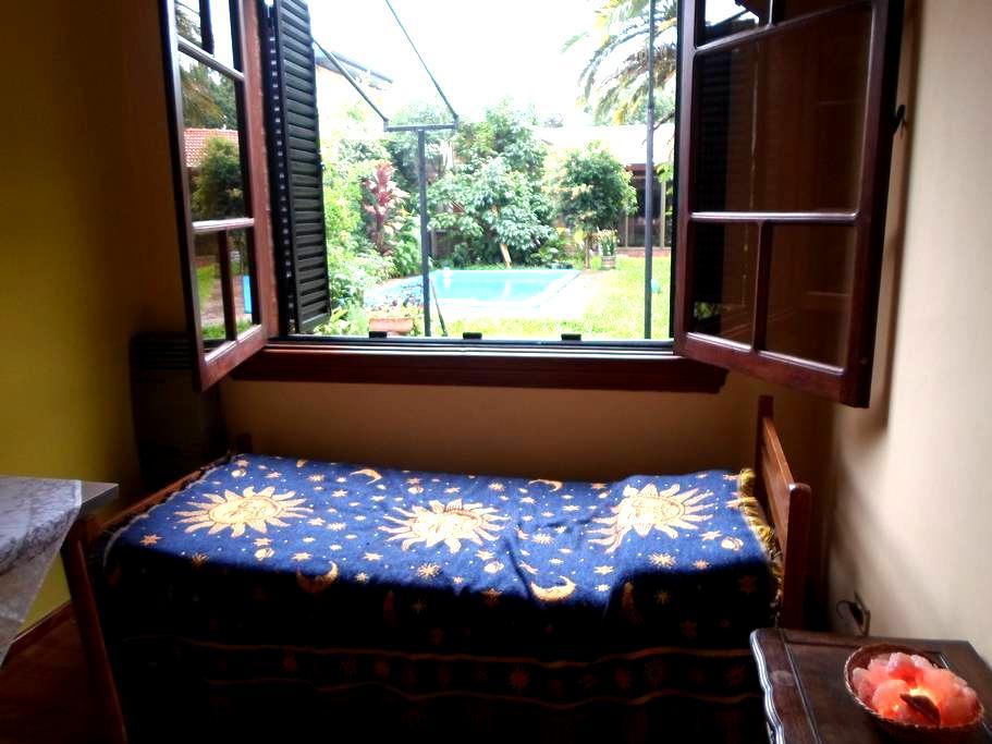 Habitación en casa de familia con parque y piscina - Villa Martelli