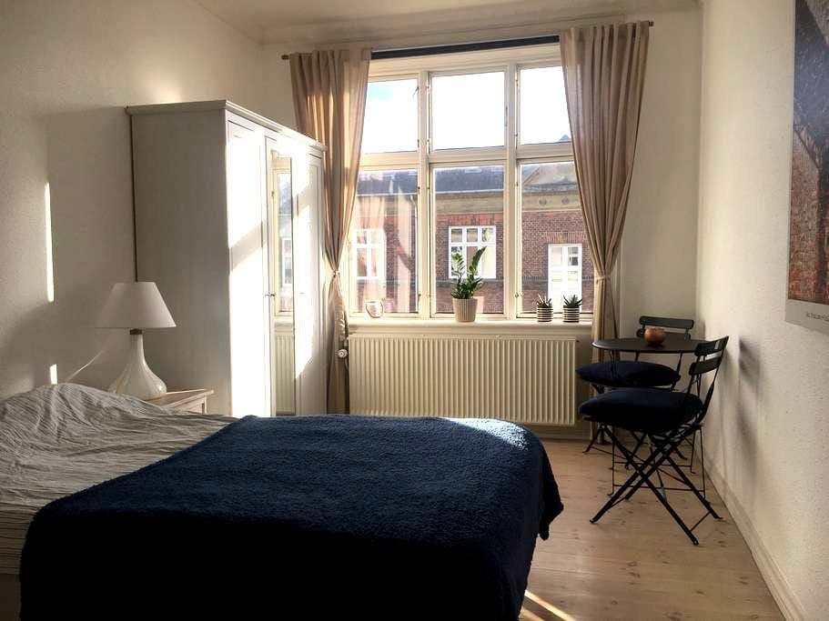 Room in the middle of hip Vesterbro - København - Leilighet