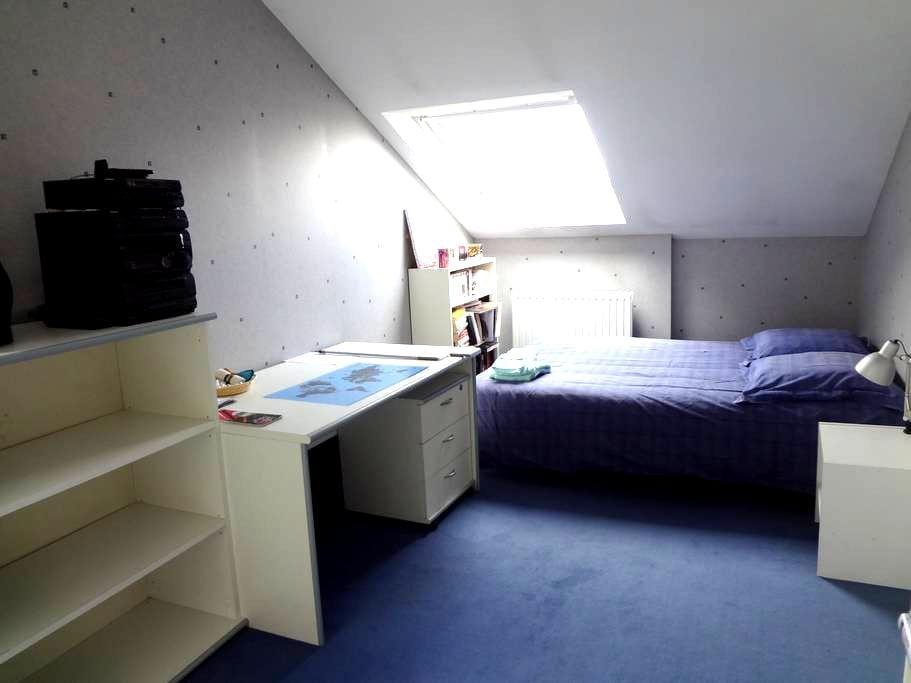 Chambre meublée de 11m2. - Évry - Bed & Breakfast