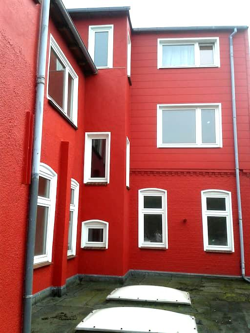 Rotes Haus in grau.. BUNTER Stadt am Meer - Husum - Apartament