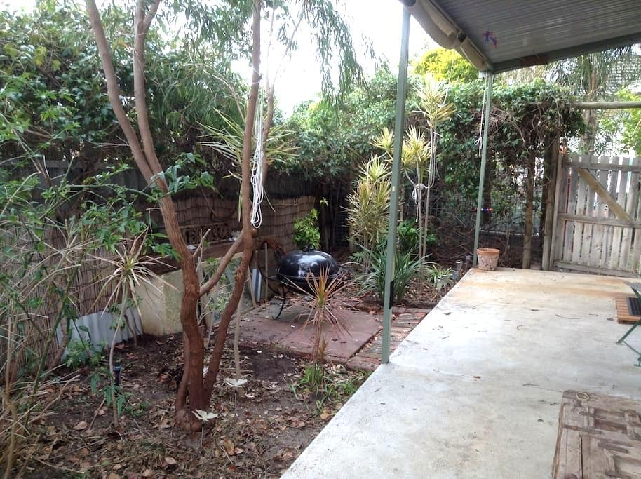 Granny flat at back of the house - Bayswater - Bed & Breakfast
