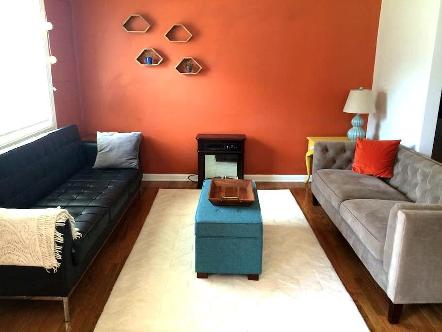 2 bdrm refinished apt, short walk downtown - Durham - Apartment