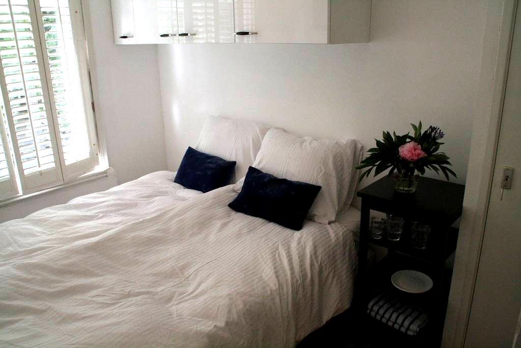 White studio with private entrance - Amsterdam - Appartement