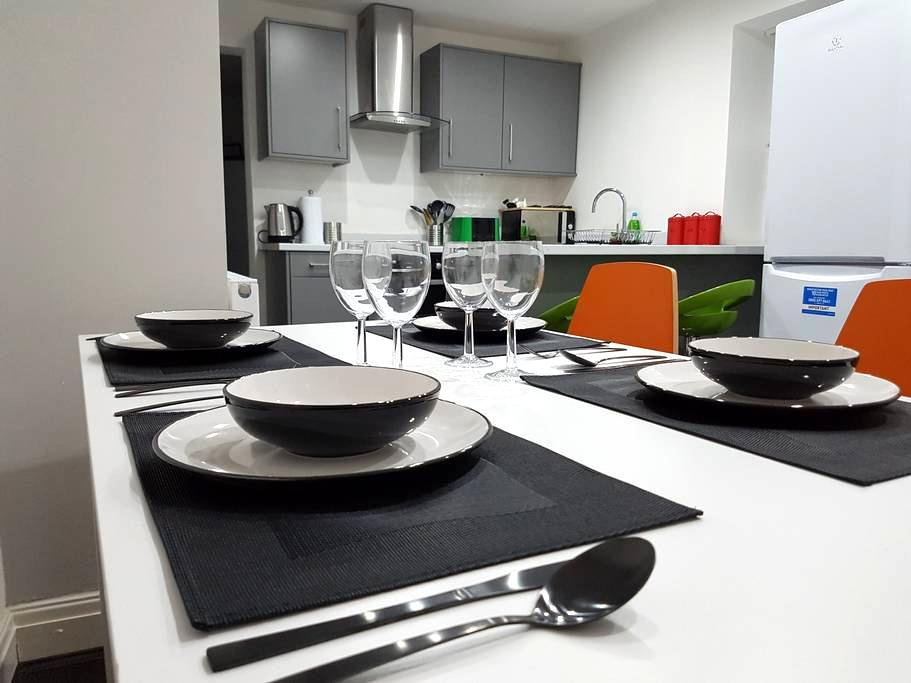 2) 8-min to Centre. Clean, Sharp and Modern Rooms! - Liverpool