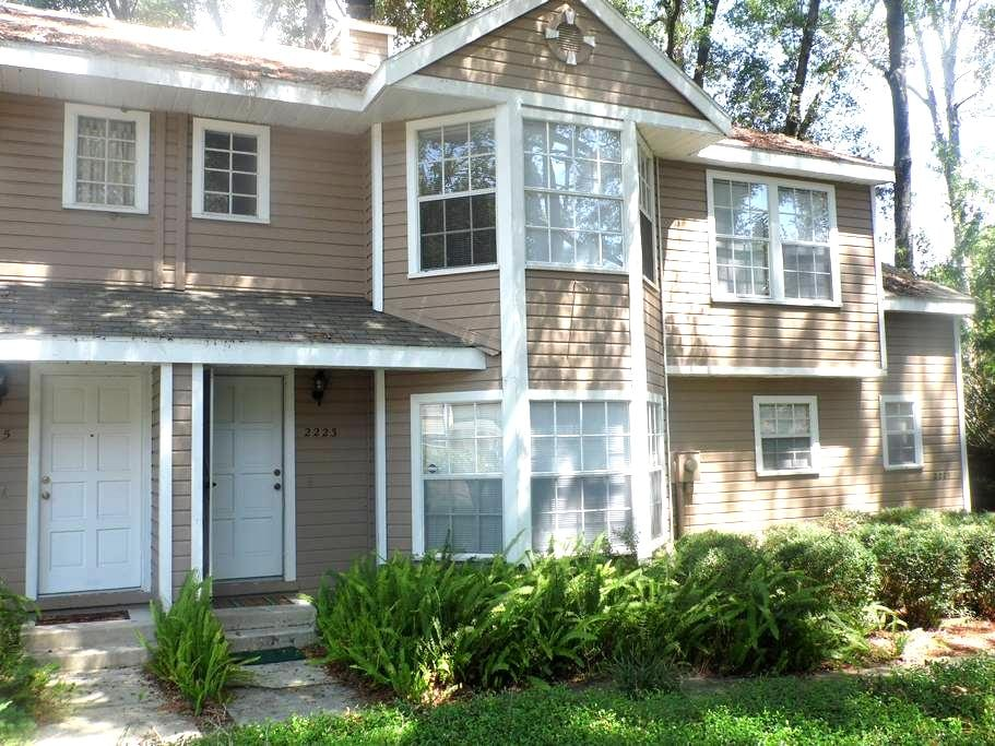 Two bedroom private townhouse close to UF - Gainesville - Townhouse