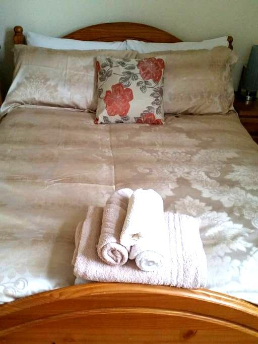 Private double room in our home - Stamford - House
