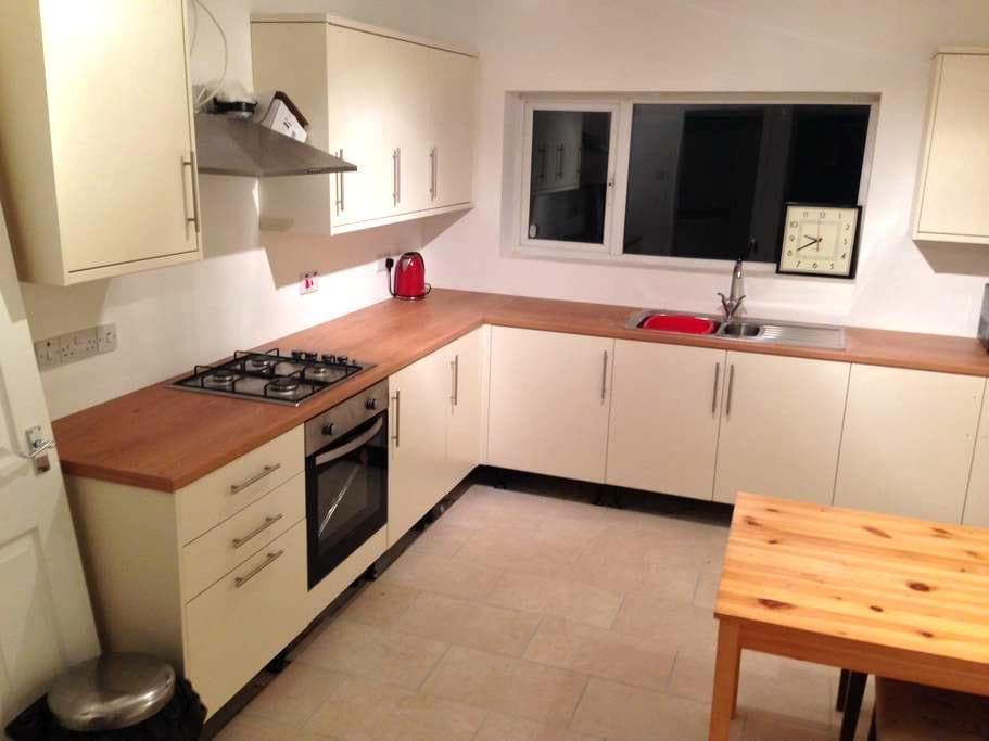 """ Simple, convenient and quiet. - Newcastle-under-Lyme - House"