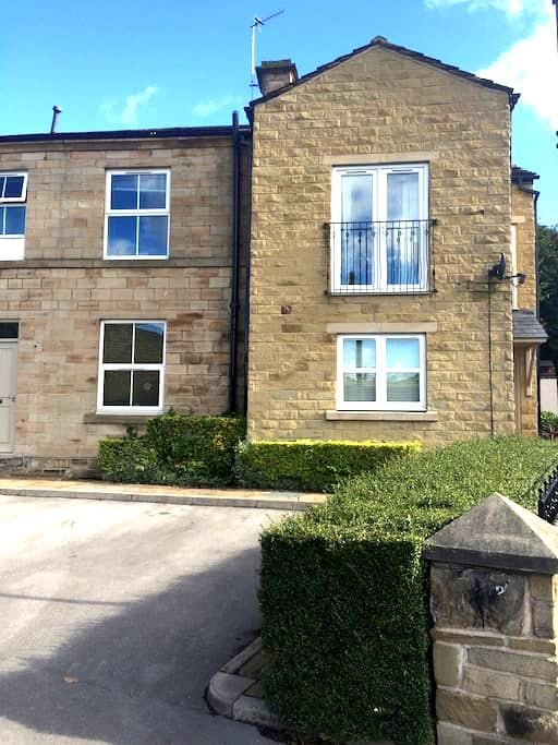 Great central base with free parking - Mirfield - Apartment