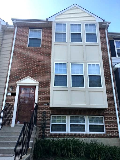 Renovated Townhouse- Private Room - Suitland-Silver Hill
