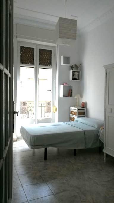 Dormitorio con balcón centro ciudad - València - 公寓