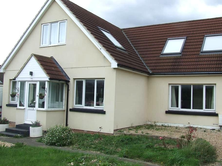 B&B in friendly family home - Clanfield - Huis