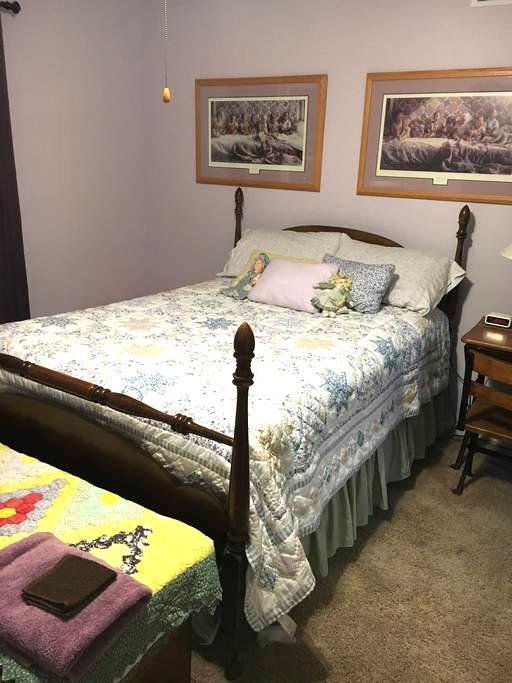 Full Size Bedroom - Quilt Room in Lavender - Elkhart - House