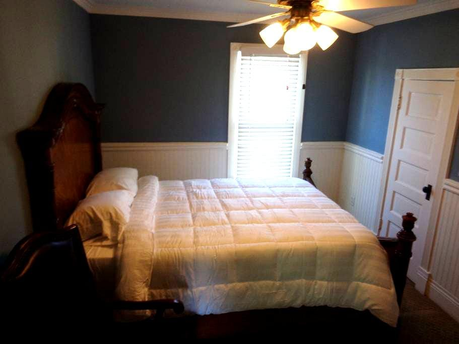 Queen Bed in Historic Downtown - 惠蒂爾(Whittier)