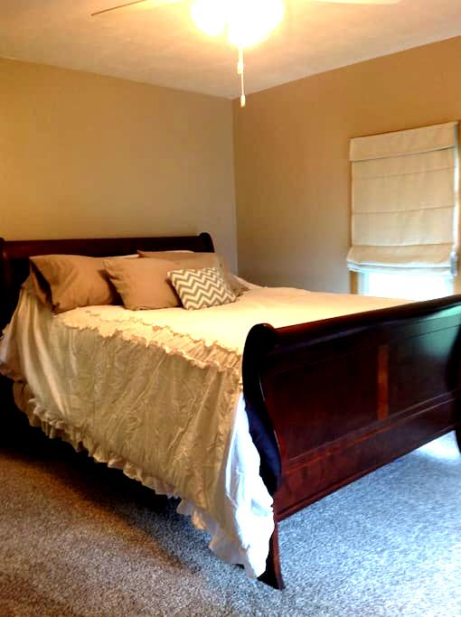 Private bedroom in an upper apartment - Larsen