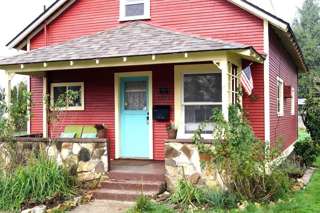 Little Red Cottage - Newberg