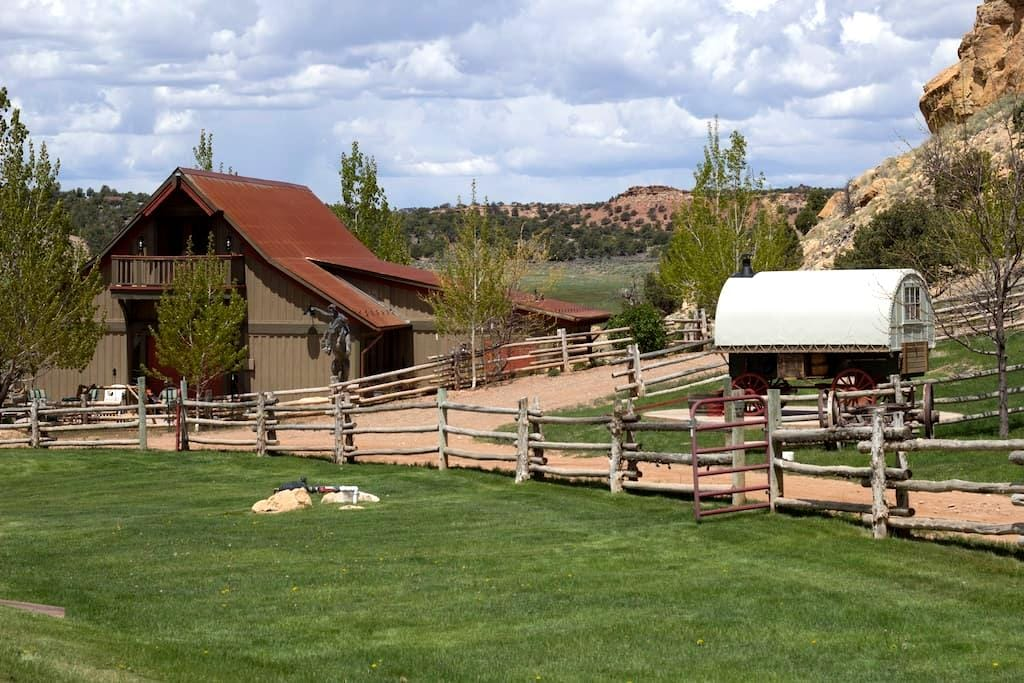 Fabulous Western Barn Vacation - Capitol Reef National Park - Chatka