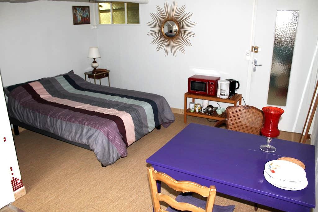 Chambre dans une maison avec cour et jardin - Dijón - Casa