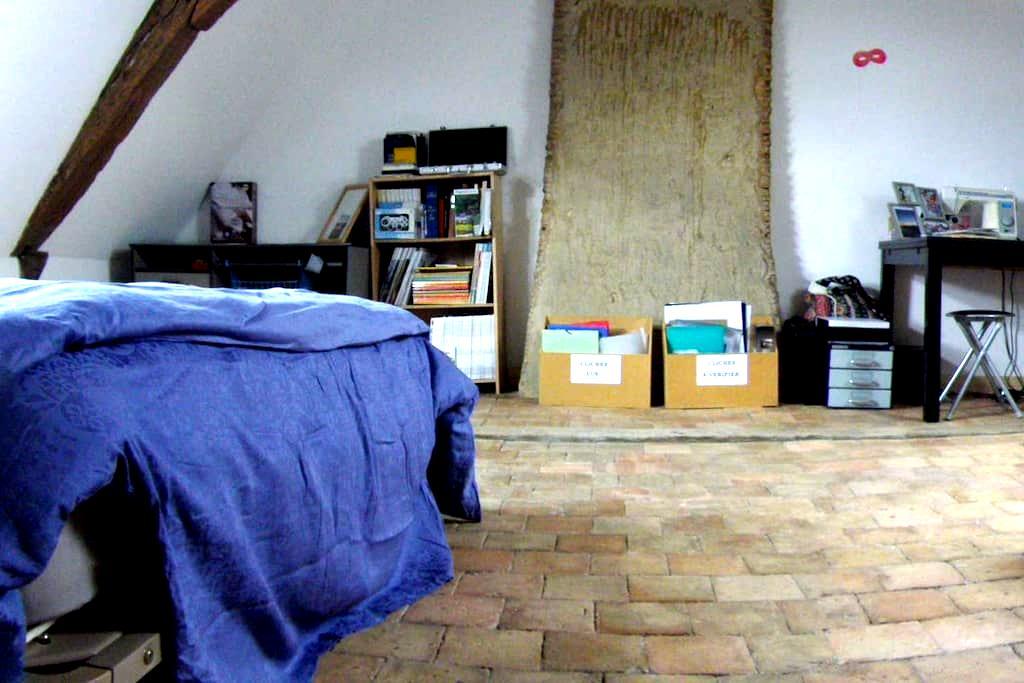 Grande chambre dans maison de ville - Le Lion-d'Angers - Rumah