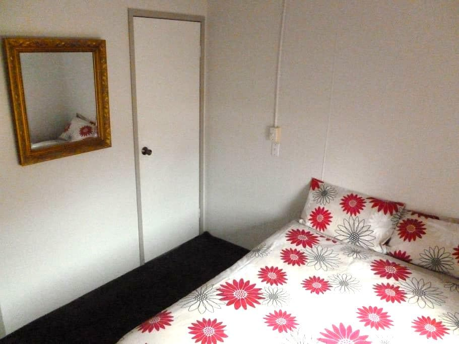 Comfy, clean double room in cottage - McKellar - House