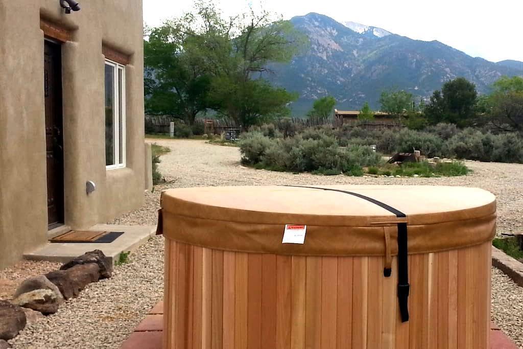 Brand New Guest House - great location - hot tub - El Prado - Casa de hóspedes
