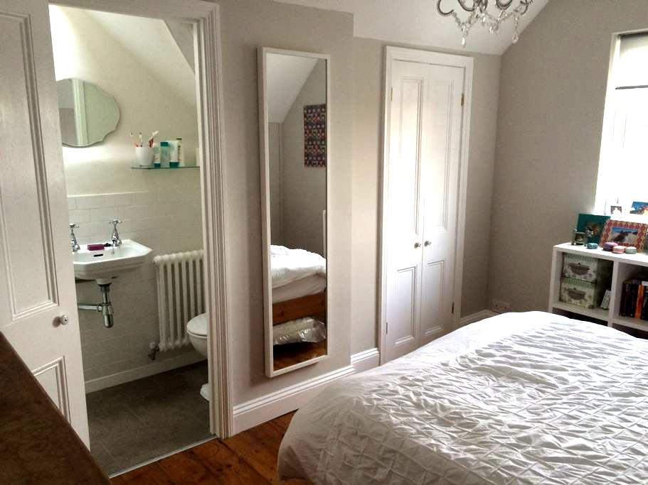 Beautiful double room with ensuite - London - House