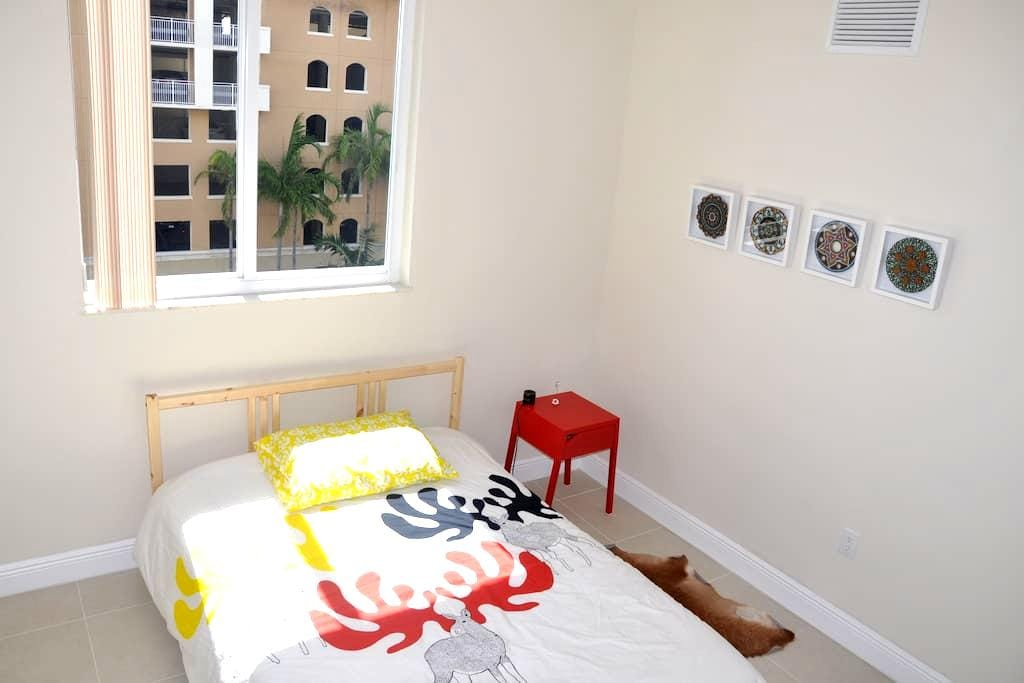Great room for rent with a full bed - Miami - Apartment