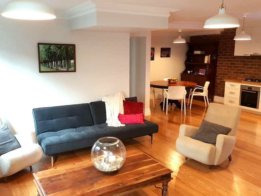 Cosy, European inspired private accommodation! - Greenslopes - Wohnung