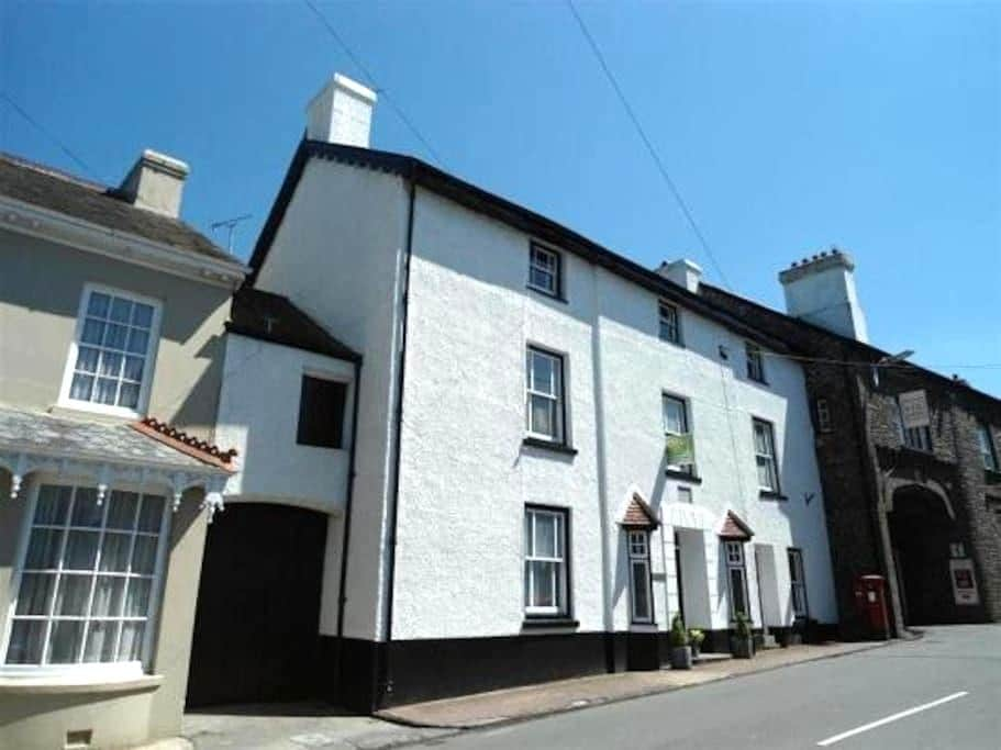 Spacious double in family home - Llangadog