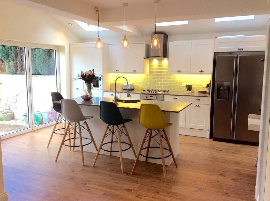 4 bed family home - Perfect Surrey location - Walton-on-Thames