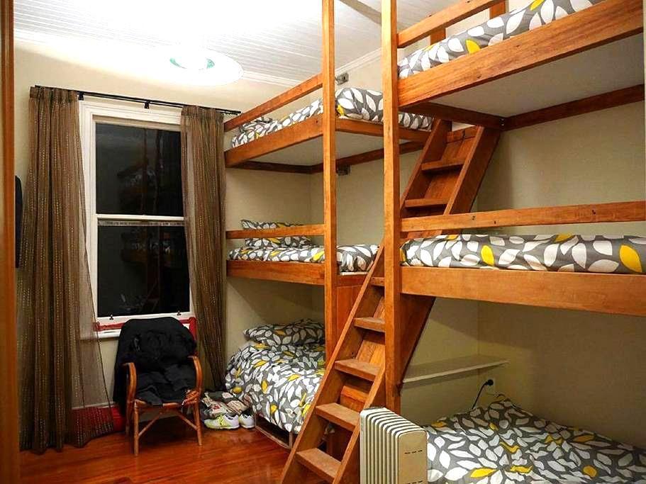 Lake's End Lodge - BunkBed Room - Kingston - ที่พักพร้อมอาหารเช้า