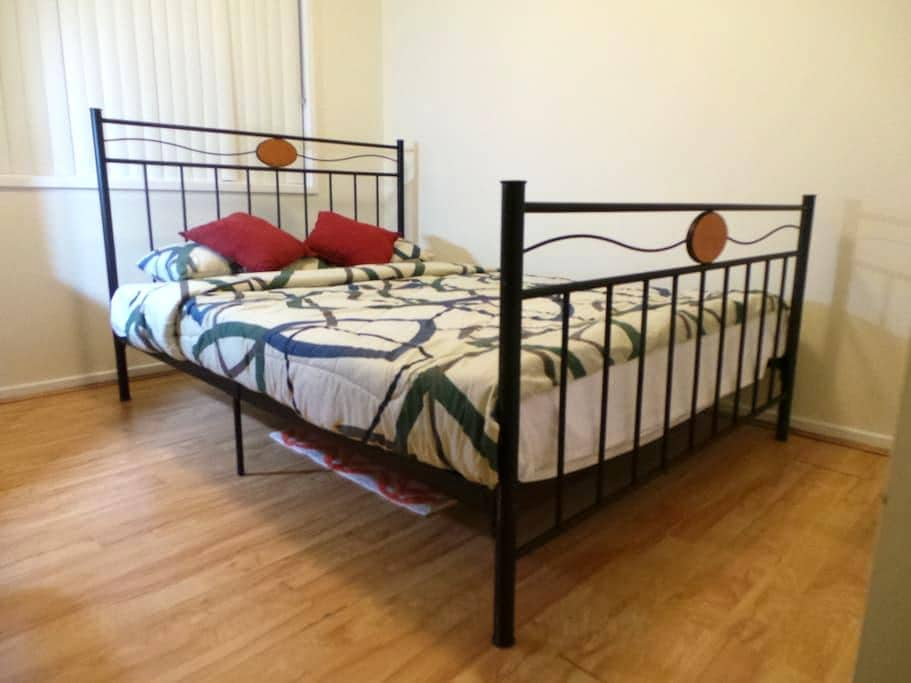 Travellers Double Room in Canberra - Giralang - House