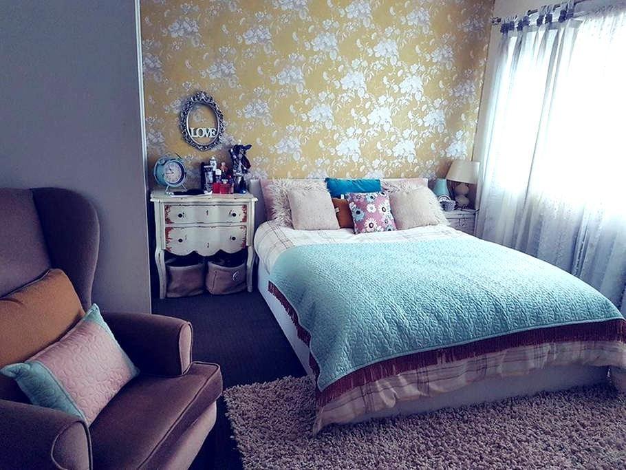 Kingsize bedroom with baby cot near Edinburgh - Livingston
