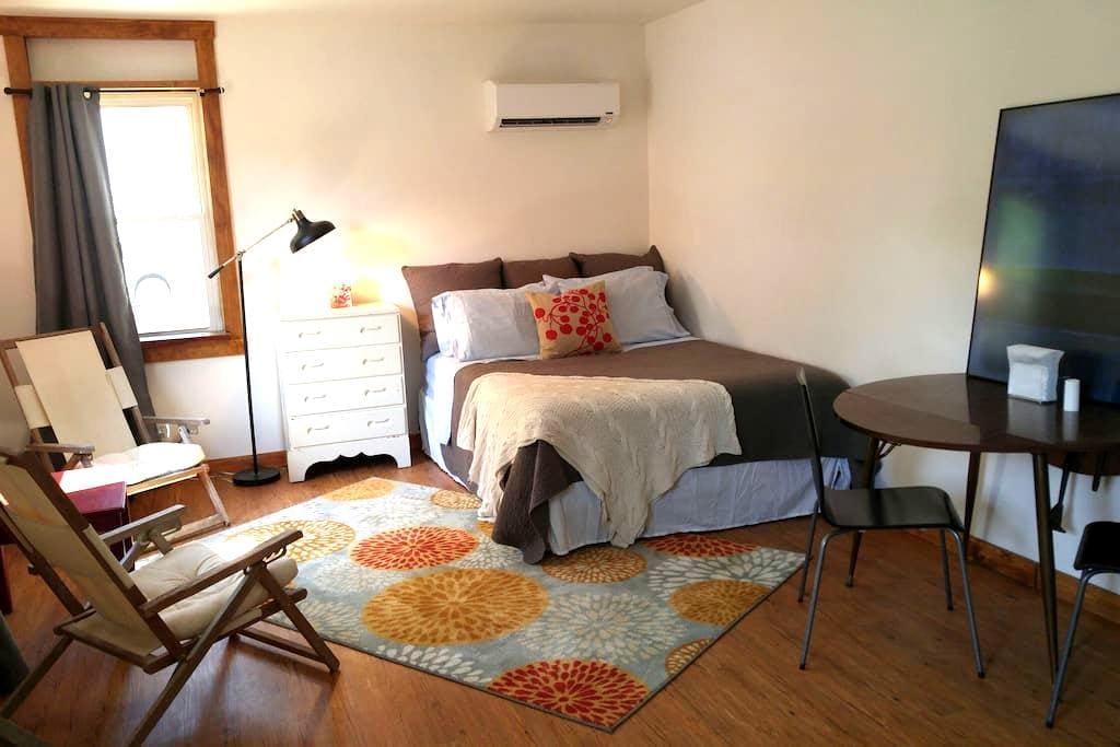 Sunny Studio Near Lindenwood Universty & Scott AFB - Belleville - Apartment