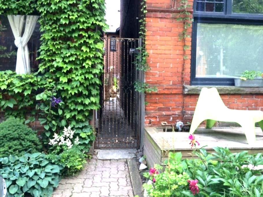 A Gem of a Victorian Garden Flat - Toronto - Apartment