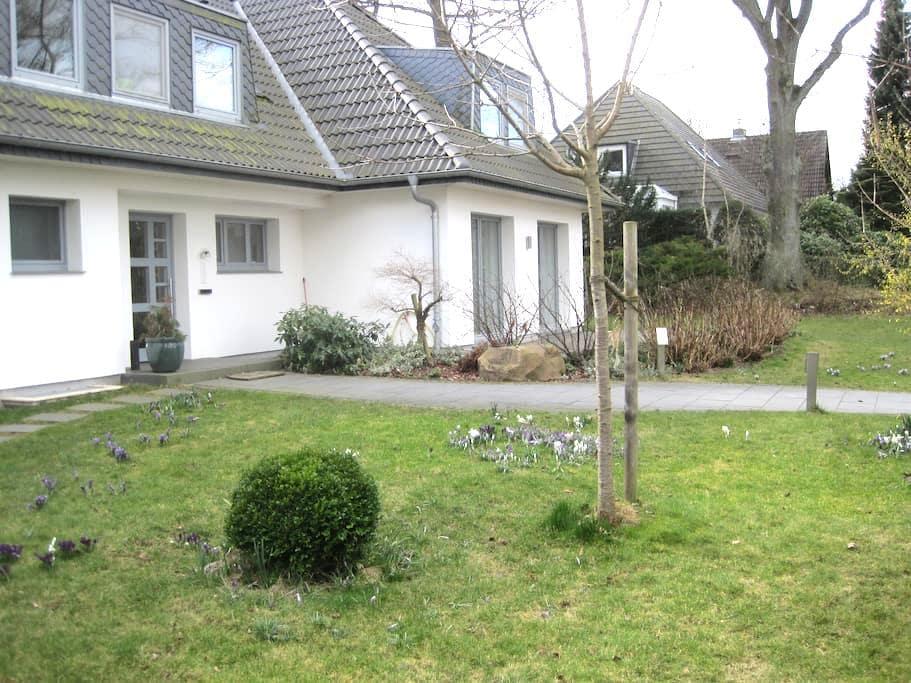 Villenviertel, ruhig, ~20min bis HH - Ahrensburg - Villa